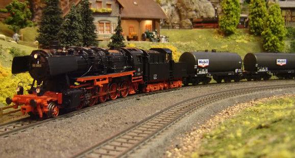 Locomotief met goederenwagons
